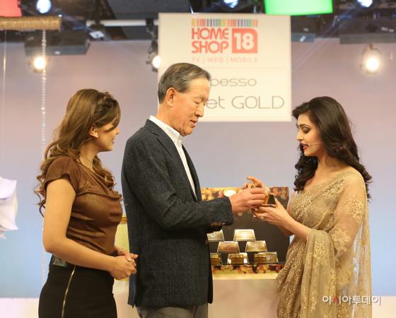 허창수 GS 회장이 지난 1일 GS홈쇼핑의 인도 합작 홈쇼핑 '홈샵18' 스튜디오를 방문해 국내 중소기업 이엔엠이 수출한 마스크팩 제품이 인기리에 판매되고 있는 현장을 직접 확인하고 있다. [사진 GS]