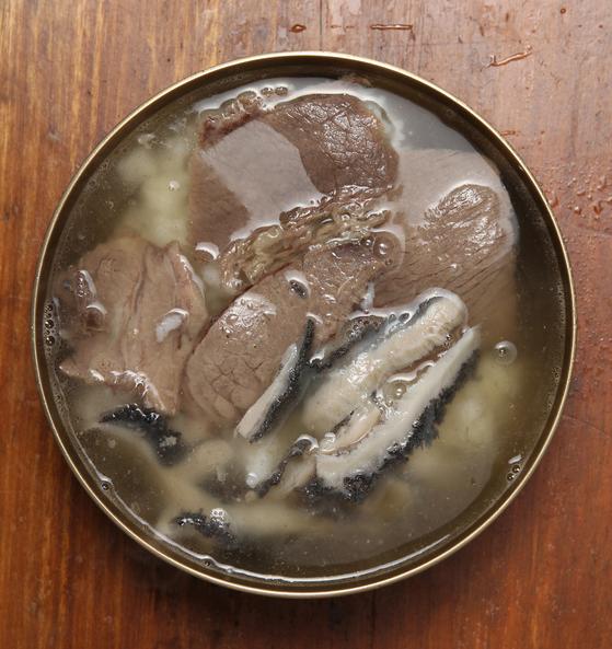 1일 발표한 미쉐린 가이드 빕 구르망에 새롭게 이름을 올린 '하동관'의 곰탕. [중앙포토]