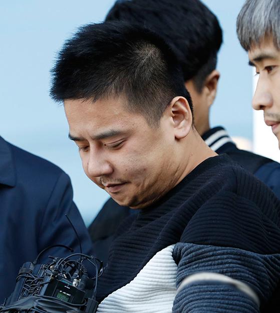 지난달 13일 서울 중랑경찰서를 나와 검찰에 송치되고 있는 '어금니 아빠' 이영학. [뉴시스]