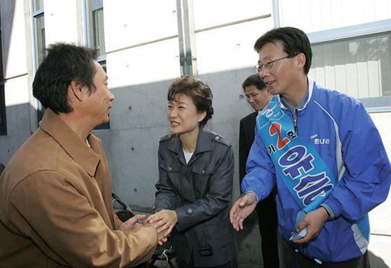 지난 2015년 박근혜 당시 한나라당 대표가 대구 동을 재선을 앞두고 유세 중인 한나라당 유승민 후보와 함께 대구 거리에서 한표를 부탁하고 있다.[연합뉴스]