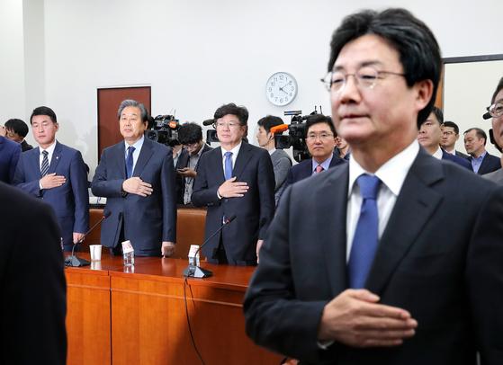 바른정당이 1일 국회에서 의원총회를 열고 당의 진로를 논의했다. 통합파인 황영철·김무성·이종구·김용태 의원(왼쪽부터)이 나란히 서서 국민의례를 하고 있다. 오른쪽은 자강파 유승민 의원. [임현동 기자]