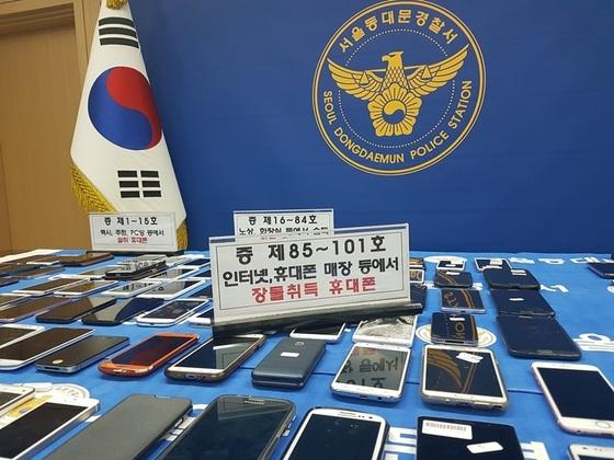 서울 동대문경찰서가 피의자들로부터 압수한 휴대전화들.[사진 동대문경찰서]