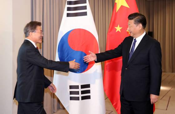 문재인 대통령이 오는 10~11일 베트남 다낭에서 열리는 APEC(아시아태평양경제협의체) 정상회의 석상에서 시진핑(習近平) 중국 국가주석과 두 번째 양자 정상회담을 한다. 사진은 지난 7월 문재인 대통령과 시진핑 중국 국가주석이 베를린 인터콘티넨탈 호텔에서 첫 한-중 정상회담을 하기에 앞서 악수하는 모습. [연합뉴스]