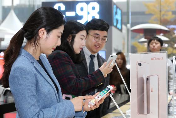 3일 아이폰 8 출시 행사가 열린 서울 광화문 KT스퀘어에서 고객들이 제품을 살펴보고 있다. [사진 KT]