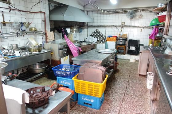 지난달 29일 점심영업이 막 끝난 시간의 '순흥옥' 주방. 3대 사장 이종화씨는 이때부터 설거지와 청소하는 데 5시간 이상이 걸린다고 한다.