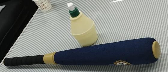숭의초 학교폭력 사건에 사용된 플라스틱 야구방망이와 바나나우유 모양의 바디워시. [중앙포토]