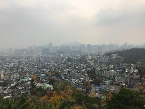 오전부터 흐린 날씨를 보인 2일 오후 서울 인왕산 중턱에서 본 도심이 잔뜩 흐려 있다. 3일 전국에 비가 내린 뒤 오후부터 바람이 불고 추워질 것으로 기상청은 예보했다. [연합뉴스]