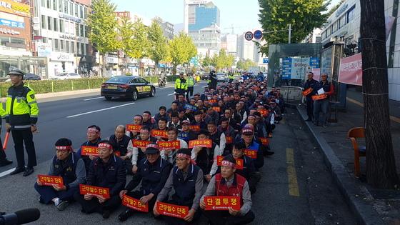 파업 중인 경남지역 버스기사들이 3일 오전 마산시외버스 터미널 앞에서 집회를 열고 있다.송봉근 기자