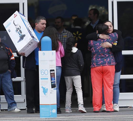 총격 사건이 일어난 미국 콜로라도 주 소도시 손턴의 월마트 매장에서 2일 시민들이 희생자들을 애도하고 있다. [AP=연합뉴스]