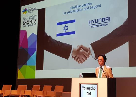 현대차가 이스라엘에 '오픈이노베이션센터'를 설립하고 기술 협업을 강화한다. 31일이스라엘 '2017 대체연료·스마트 모빌리티 서밋'에서 기조연설을 하는 지영조 현대차 전략기술연구소장. [사진 현대차]