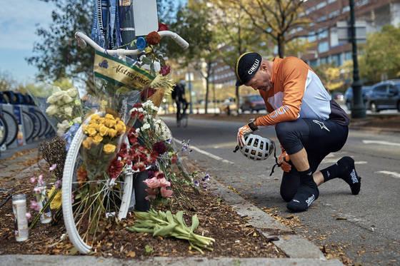 2일 미국 뉴욕에서 트럭 테러 희생자를 애도하기 위해 한 시민이 고개를 숙이고 있다. [AP=연합뉴스]