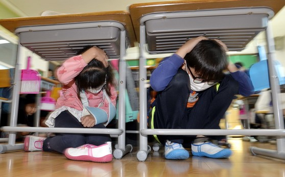 지난달 31일 동광초교에서 열린 재난안전훈련에서 학생들이 책상 밑으로 몸을 숨기고 있다. [프리랜서 김성태]