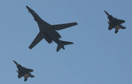 미국의 전략무기인 B-1B '랜서' 폭격기가 지난달 21일 오후 서울 국제 항공우주 및 방위산업 전시회(ADEX)가 열리는 경기도 성남시 서울공항 상공을 비행하고 있다.   백조 모습을 연상시켜 '죽음의 백조'라는 별명을 가진 랜서 폭격기는 마하 1.2로 비행할 수 있으며 기체 내부에는 34t, 날개를 포함한 외부는 27t까지 적재할 수 있다. [연합뉴스]