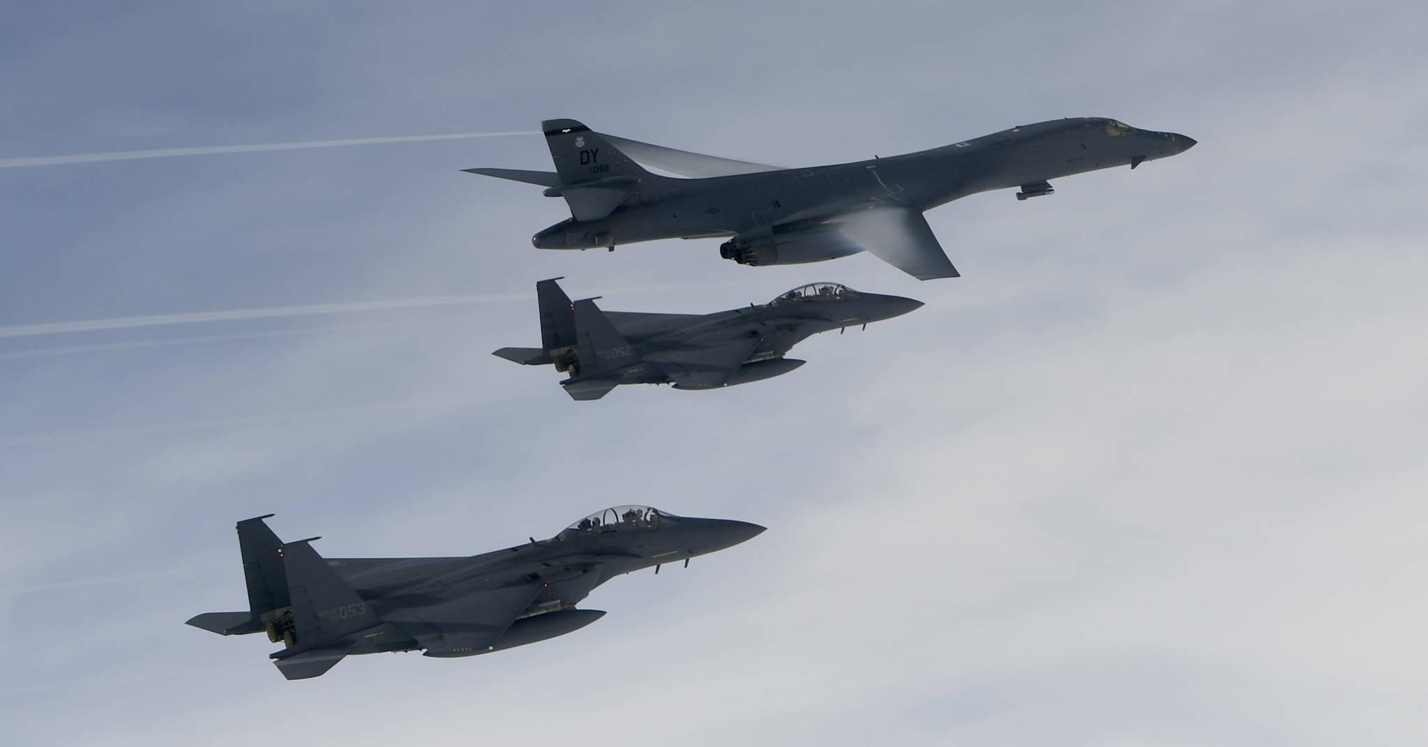지난 7월 괌을 출격한 B-1B 랜서(별칭 죽음의 백조) 전략폭격기가 한국 공군의 F-15K 전투기와 주한 미 공군의 F-16 전투기 등과 폭격 훈련을 실시했다.[사진=공군]
