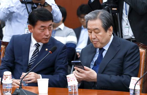바른정당 김무성 의원(오른쪽)과 황영철 의원이 1일 오후 국회 당대표 회의실에서 열린 의원총회에 참석해 이야기를 하고 있다. 임현동 기자