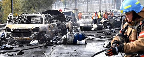 폭격 맞은 듯 … 창원터널 앞 기름통 운반차 폭발 3명 사망