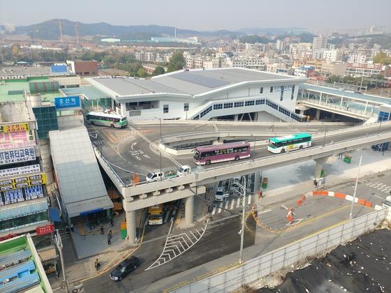 전국에서 처음으로 철도 위에 건설된 경기도 오산역 환승센터가 2일 0시 개통했다. 버스·택시·전철을 한 곳에서 이용할 수 있다. [김민욱 기자]