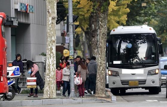 지난해 11월 서울의 한 건강식품 판매점에 중국인 관광객들이 들어가고 있다. [중앙포토]