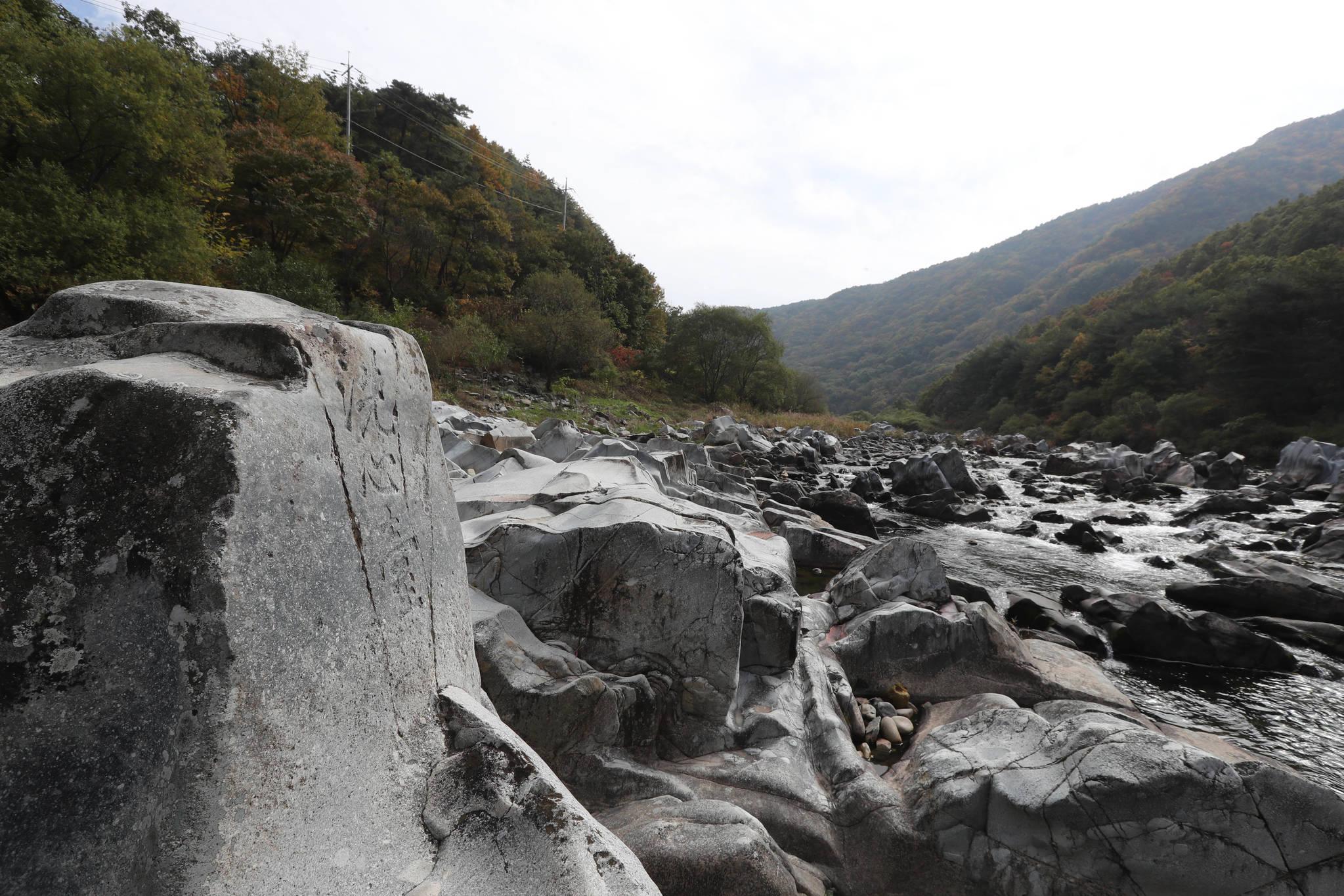 등받이 의자처럼 생긴 바위에 '세심대(洗心臺)'라고 음각이 돼 있다. 바위와 계곡물, 단풍이 어우러진 절경을 볼 수 있는 명소다. 신인섭 기자
