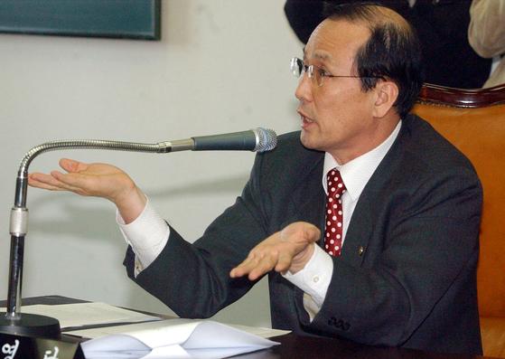 2004년 2월 당시 국회 국방위원회에서 당시 장영달 위원장이 한나라당 의원과 설전을 벌이고 있다.