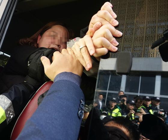 3일 오후 국회 본청 계단 앞에서 트럼프 방한과 국회 연설을 반대하며 시위를 벌이던 대학생이 경찰에 의해 연행된 버스에서 구호를 외치고 있다. [연합뉴스]