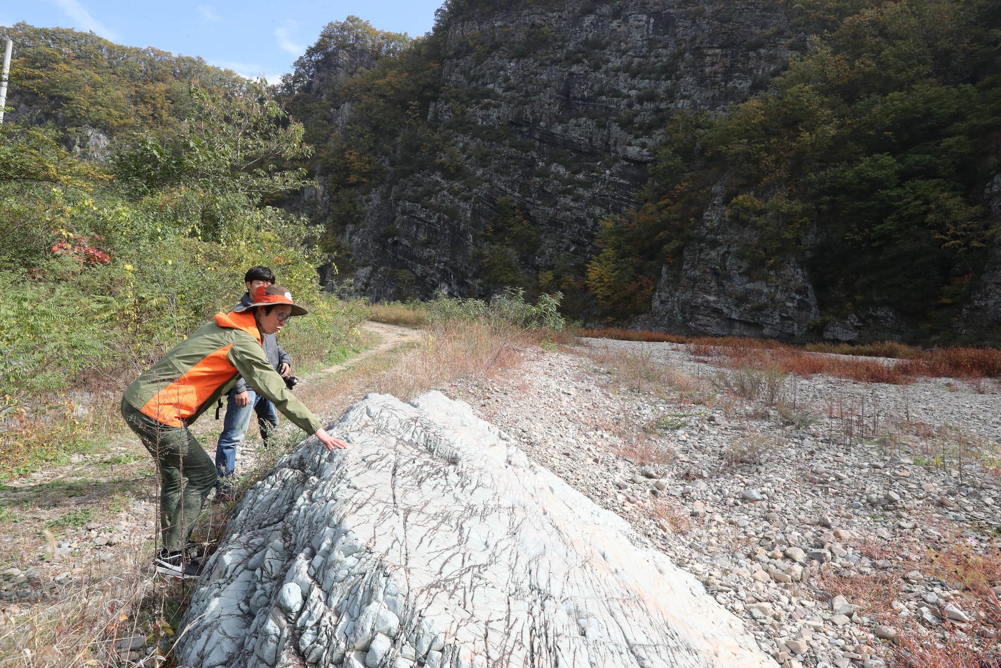 길안천 주변에는 어디선가 굴러 떨어진 퇴적암 바위도 볼 수 있다. 밀가루보다 고운 사암으로 이뤄진 바위. 신인섭 기자