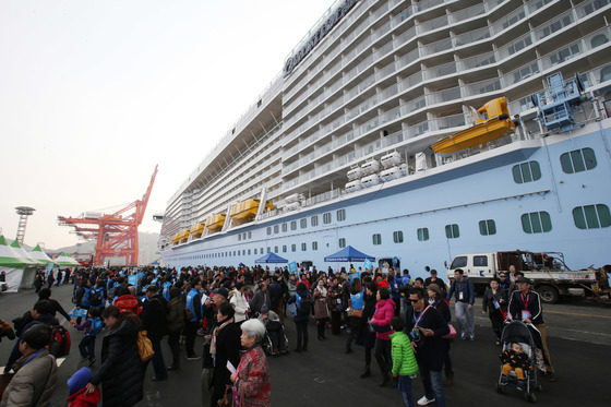 부산시 새해 첫 번째 크루즈 선박인 'Quantum of the Seas(퀀텀 오브 더 시즈)'호가 관광객 약 5,500명을 태우고 2일 오전 감만부두에 처음으로 입항했다.RCI(로얄캐리비안 인터내셔널) 선사의 'Quantum of the Seas'호는 167,800톤 규모의 초대형 선박으로 승객 4,000여 명, 승무원 1,500여 명이 승선하고 있으며, 상해를 출발해 일본을 거쳐 부산을 방문한다. 관광객들은 1월 2일 하루 동안 12개조로 나눠 해운대 해수욕장, 누리마루, 용궁사, 태종대, 자갈치시장 등 부산의 명소를 관광하였다.