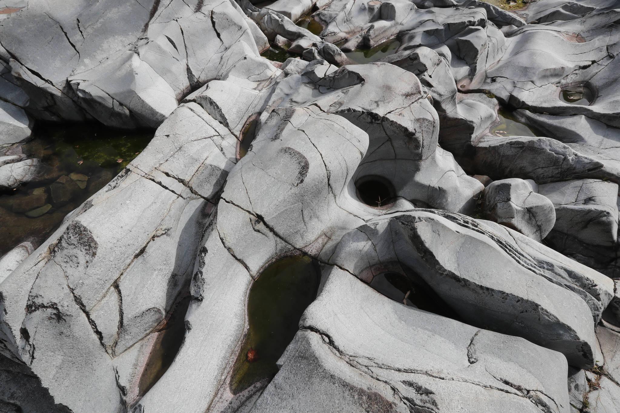 물과 작은 돌멩이가 소용돌이를 일으키며 구멍을 파낸 '포트홀'. 신인섭 기자