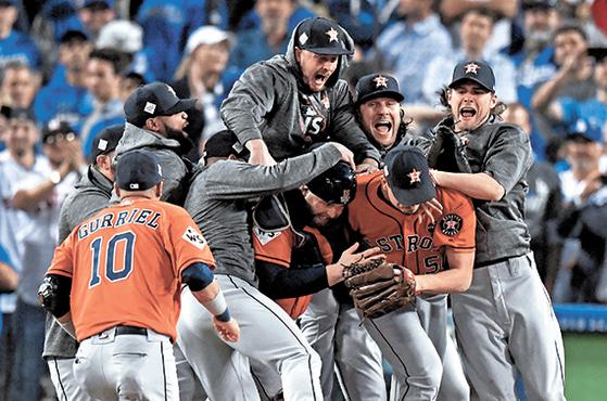 휴스턴 애스트로스가 창단 55년 만에 꿈을 이뤘다. LA 다저스와 7차전까지 가는 접전 끝에 시리즈 전적 4승3패로 우승을 차지했다. 우승을 확정지은 뒤 마운드 근처에 모여 기뻐하는 휴스턴 선수들. [로스앤젤레스 AP=연합뉴스]