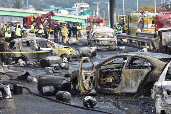 2일 오후 1시 20분쯤 경남 창원터널 입구에서 엔진오일을 드럼통에 싣고 이송하던 5t 화물차가 폭발해 4명이 숨지는 사고가 발생했다. 송봉근 기자