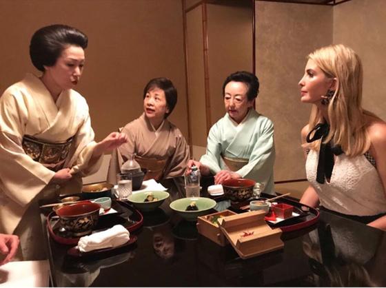 일본을 방문 중인 이방카 트럼프가 2일 밤 도쿄 아카사카 요정을 찾아 전통 음식인 가이세키 요리를 먹었다며 자신의 인스타그램에 관련 사진을 올렸다.