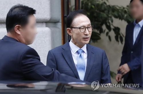 사무실을 나서는 이명박 전 대통령 [연합뉴스]