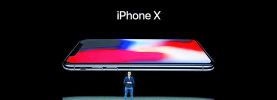 지난 9월 12일 팀 쿡 애플 CEO가 아이폰X를 발표하고 있다. [AP=연합뉴스]