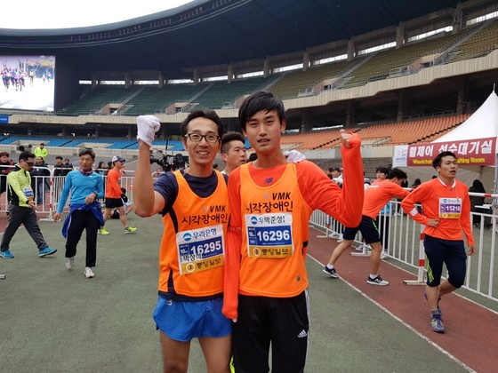 박준성(오른쪽) 마라토너와 박상석 빛나눔동반주자단 마라토너
