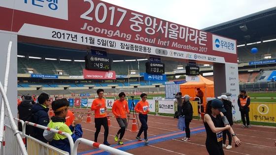 5일 서울 잠실종합운동장에서 열린 2017 중앙서울마라톤에서 10km 부문 참가자들이 결승선을 통과하고 있다. 김지한 기자