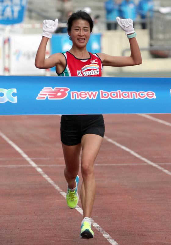 김도연이 5일 2017 중앙서울마라톤 여자부에서 가장 먼저 결승선을 통과하고 있다. 최정동 기자