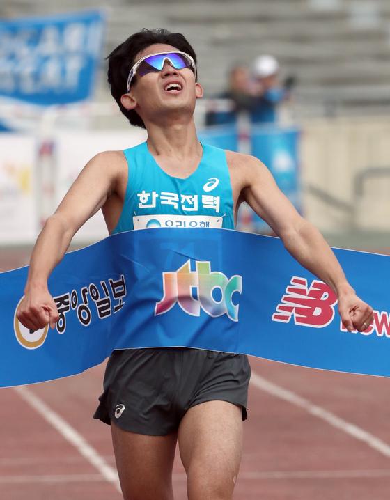 5일 열린 2017 중앙서울마라톤에서 엘리트 국내선수 남자부 1위를 차지한 심종섭(한국전력)이 결승선을 통과하고 있다. 최정동 기자