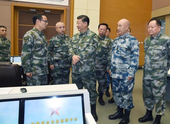 시진핑 중국 국가주석이 지난 3일 전투복 차림으로 연합작전지휘센터를 찾아 '강군 건설의 꿈'을 강조했다. [베이징=신화]