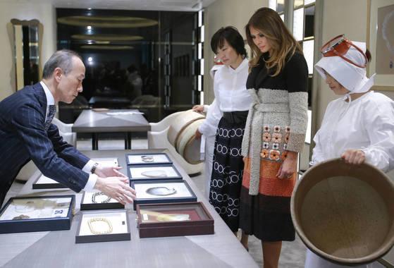 5일 일본 도쿄에서 유명 진주 보석집을 방문한 멜라니아 트럼프 여사. 왼쪽은 아베 신조 일본 총리 부인 아키에 여사.[AP=연합뉴스]