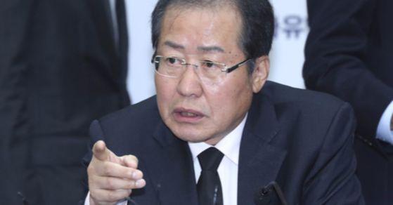 3일 서울 여의도 당사회의실에서 열린 최고위원회의에 참석한 홍준표 자유한국당 대표. 그는 이날 박근혜 전 대통령의 출당을 결정했다. 임현동 기자