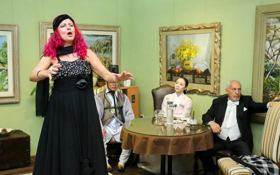 이탈리아에서 온 마르코 비안키와 바르바라 그로시가 지난달 28일 구례 예술인마을에서 국악인들과 관객들이 지켜보는 가운데 오페라 공연을 하고 있다. 프리랜서 장정필