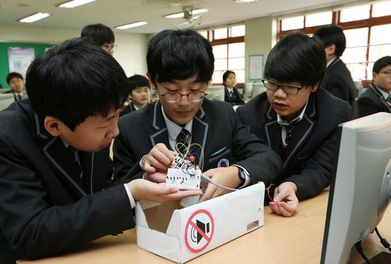 자유학기제 실시 중인 중학교의 수업 모습. 컴퓨터에 관심 있는 학생들이 소프트웨어 프로그램을 활용해 소음감지기를 직접 만들어 보고 있다. [중앙포토]