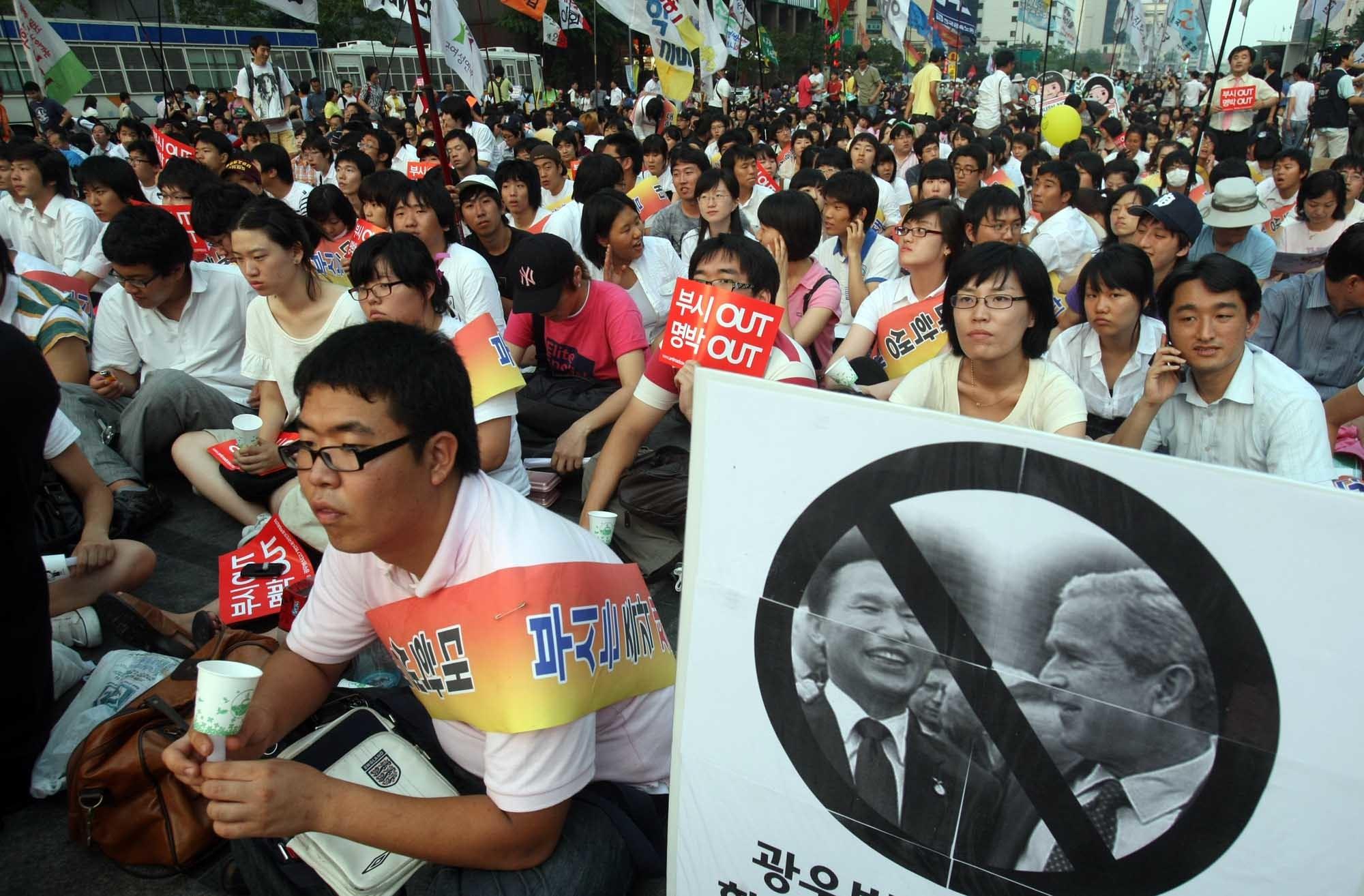 2008년, 아들 부시(George W. Bush) 미국 대통령이 서울을 왔을 때 광우병국민대책회의 등 진보단체들이 주최한 방한 반대 집회 모습. [중앙포토]