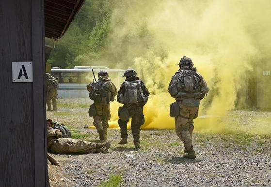 2017년 5월 북한의 WMD 시설 제거 훈련인 '워리어 스트라이크 7'에서 화생방복을 입은 병력이 화학무기 투하 상황에서 적진을 공격하는 훈련을 하고 있다. [사진 주한미군]