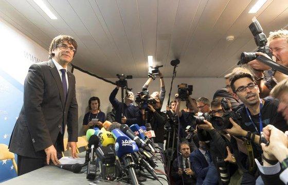 카를레스 푸지데몬 카탈루냐 자치정부 수반이 자신에 대한 체포영장이 발부된 데 대해 입장을 밝히고 있다. [AP]