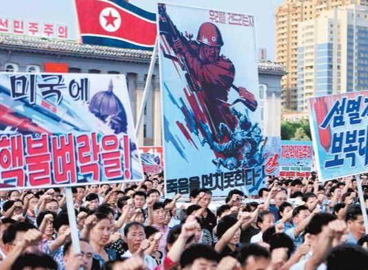 """지난 8월 북한 평양시내 김일성 광장에 10만여 명의 군중이 모여 유엔의 대북제재에 항의하는 시위를 벌이고 있다. 노동신문은 12일 '유엔 안보리가 대북제재 결의안을 통과시킨 지 사흘 만에 347만여 명이 인민군 입대를 탄원하고 나섰다""""고 주장했다. [연합뉴스]"""