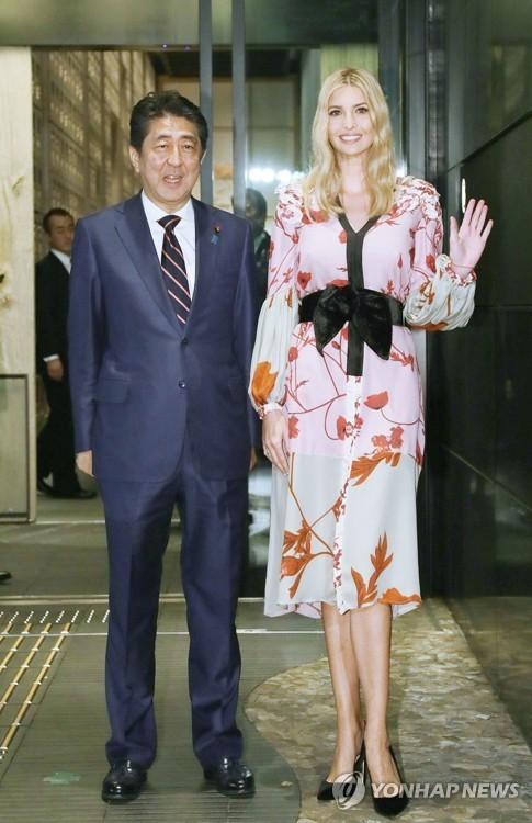아베 신조 총리(왼쪽)와 이방카 트럼프 미국 대통령 보좌관이 3일 저녁 도쿄 시내 한 료칸에서 만찬을 하기 전 취재진에 포즈를 취하고 있다. [교도=연합뉴스]