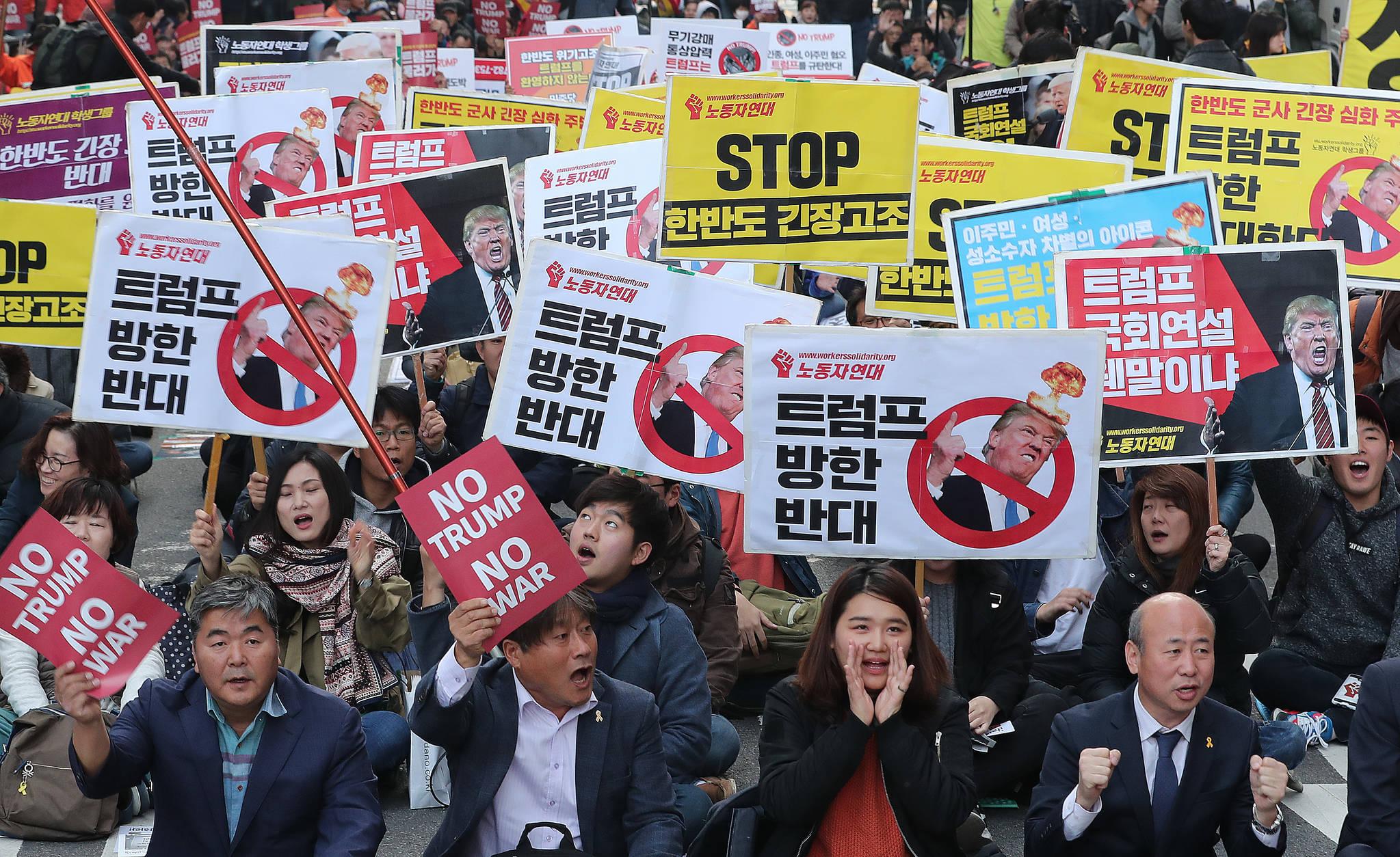 4일 도널드 트럼프 미국 대통령의 방한을 반대하는 집회 참가자들이 구호를 외치고 있다. [뉴스1]