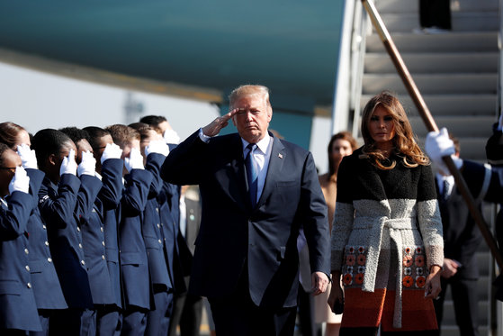 도널드 트럼프 미국 대통령과 멜라니아 여사가 5일 주일미군 요코타 기지에 도착했다. [AP=연합뉴스]