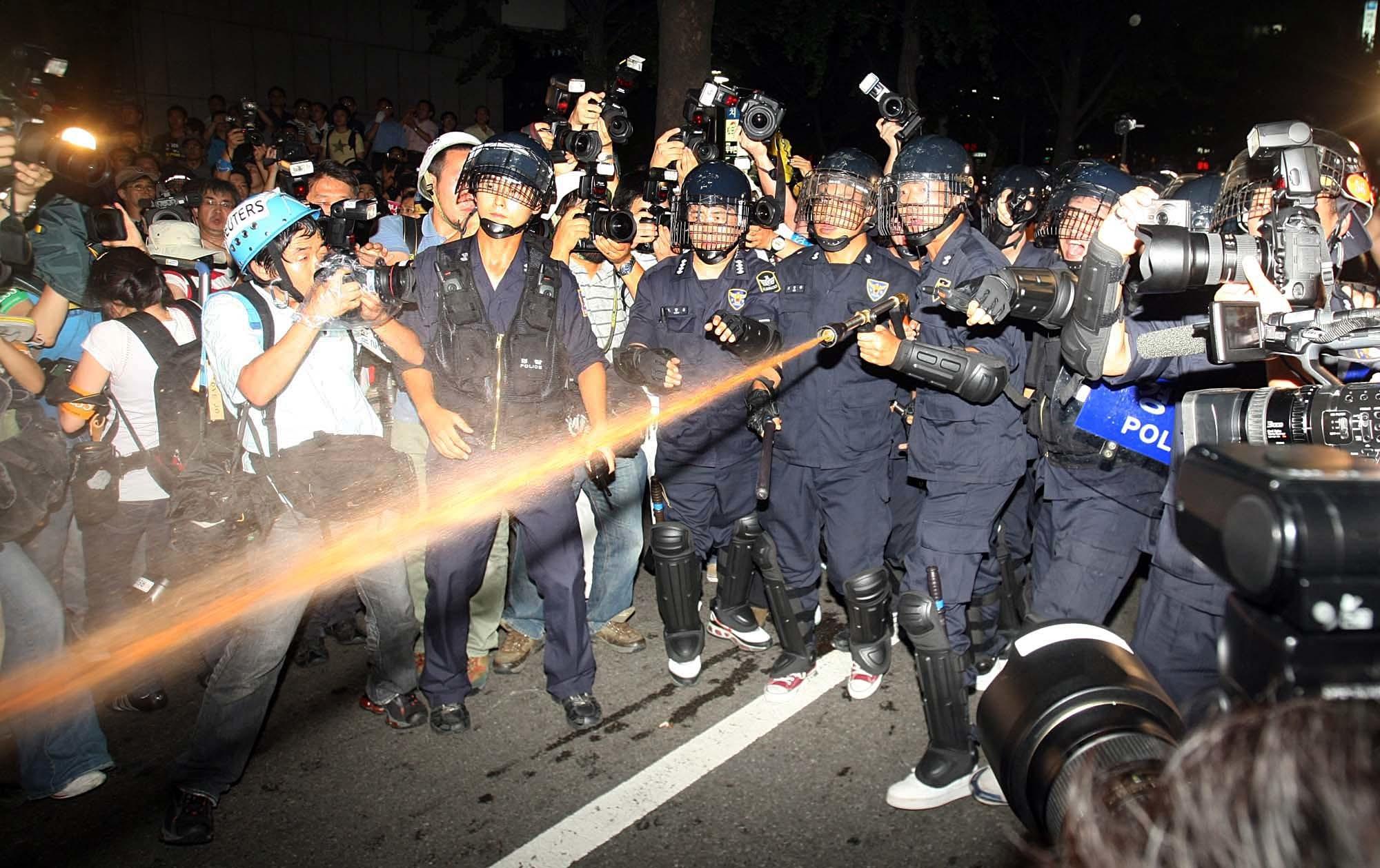 아들 부시(George W. Bush) 방한 했을 당시 불법 시위대를 향해 경찰이 색소 물포를 쏘고 있다. [중앙포토]